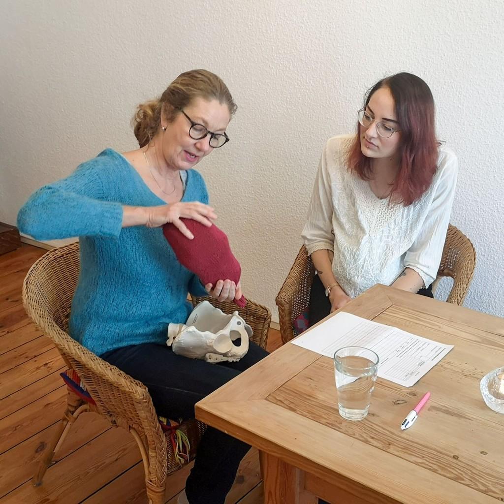 Foto: Christiane Ulrich, Christiane Ulrich mit Schwangerer bei Einzelgeburtsvorbereitung